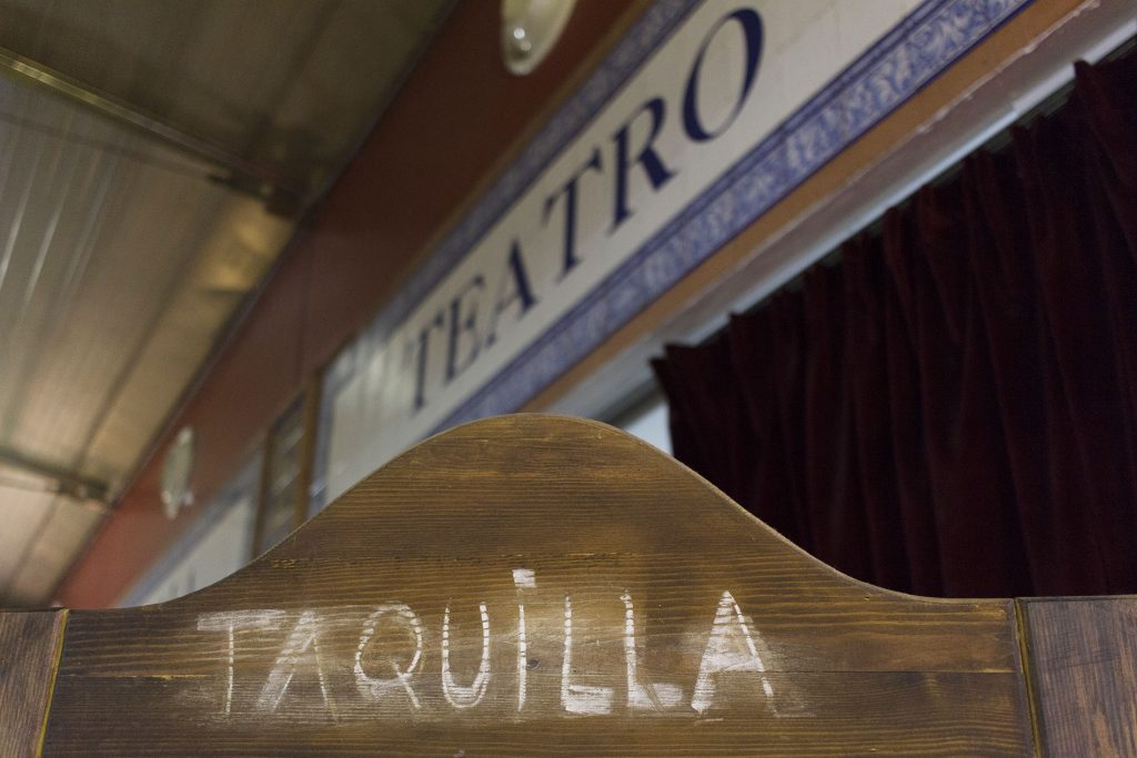 CasaLa Teatro, taquilla y rótulo del teatro en el Mercado de Triana